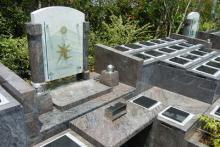美しいガラスのモニュメントの永代供養墓
